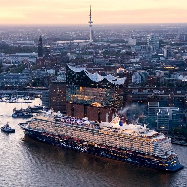 Hamburg aerial view Elbphilharmonie and cruise boat_Andreas Vallbracht